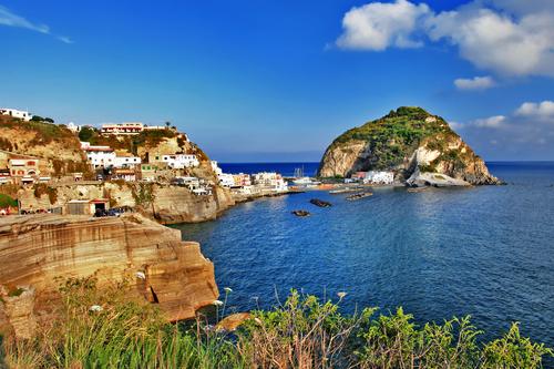 Questa immagine ha l'attributo alt vuoto; il nome del file è mela-3391947-s-Viaggio-in-Italia-serie-veduta-di-sant-angelo-isola-di-Ischia-.jpeg